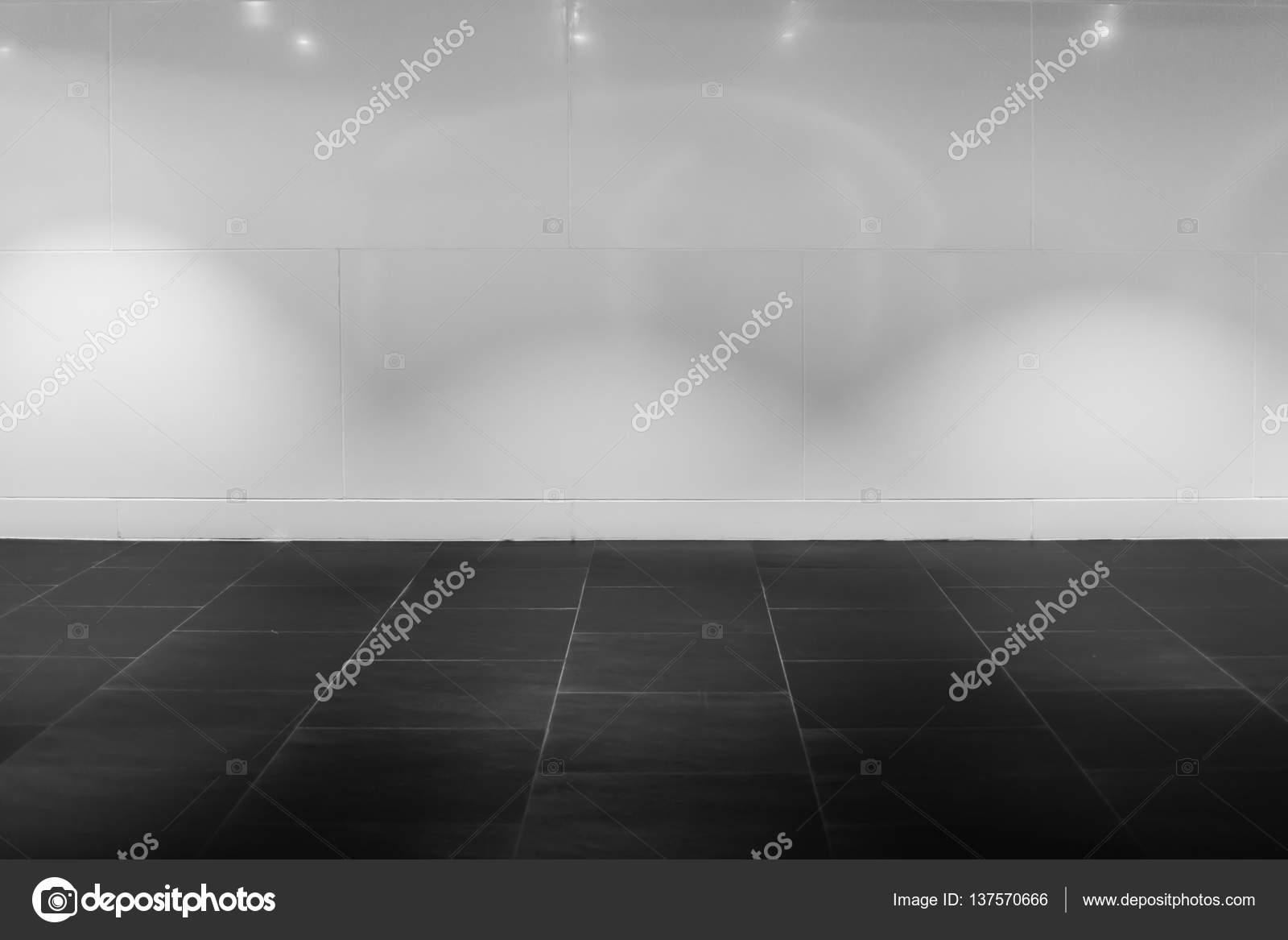 Mur blanc intérieur hall avec sol en pierre noire avec lumière de ...