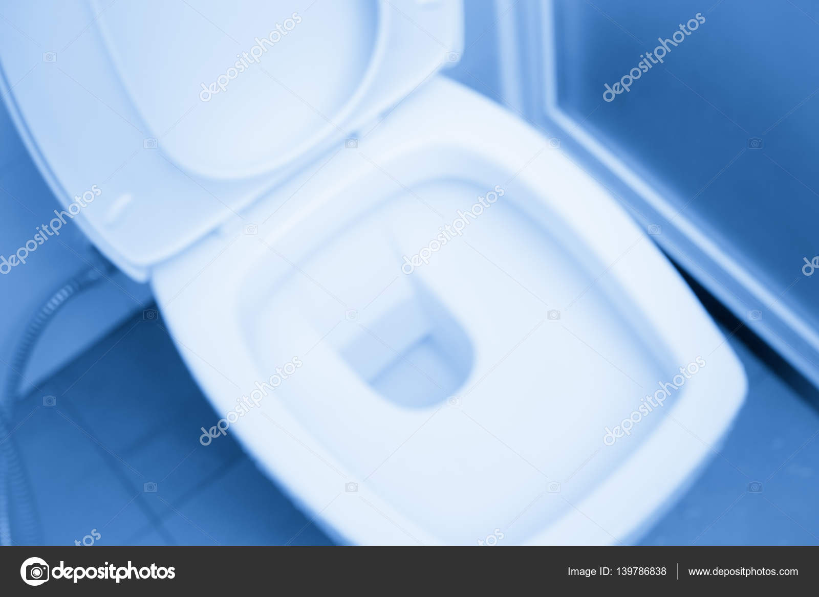 Closeup flush toilet of water closet in schoon toilet blauwe kleur