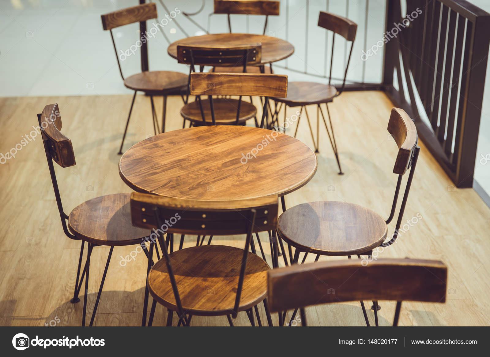 Cafe met houten natuurlijke stijl decoratie tafel en stoel in het