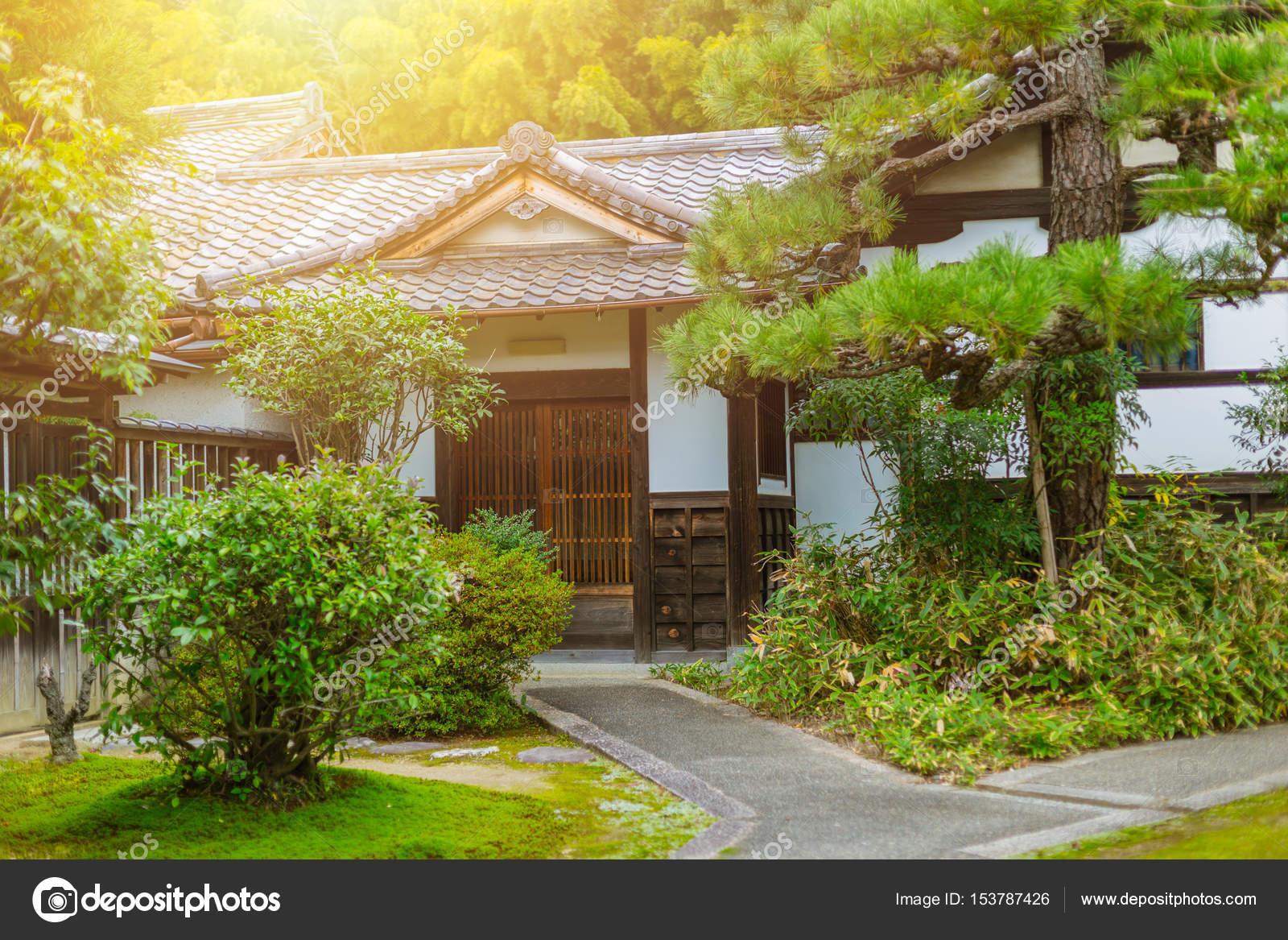 Japan haus garten zen stil traditioneller asiatischer architektur stockfoto coffeekai - Decoration japonaise pour jardin ...