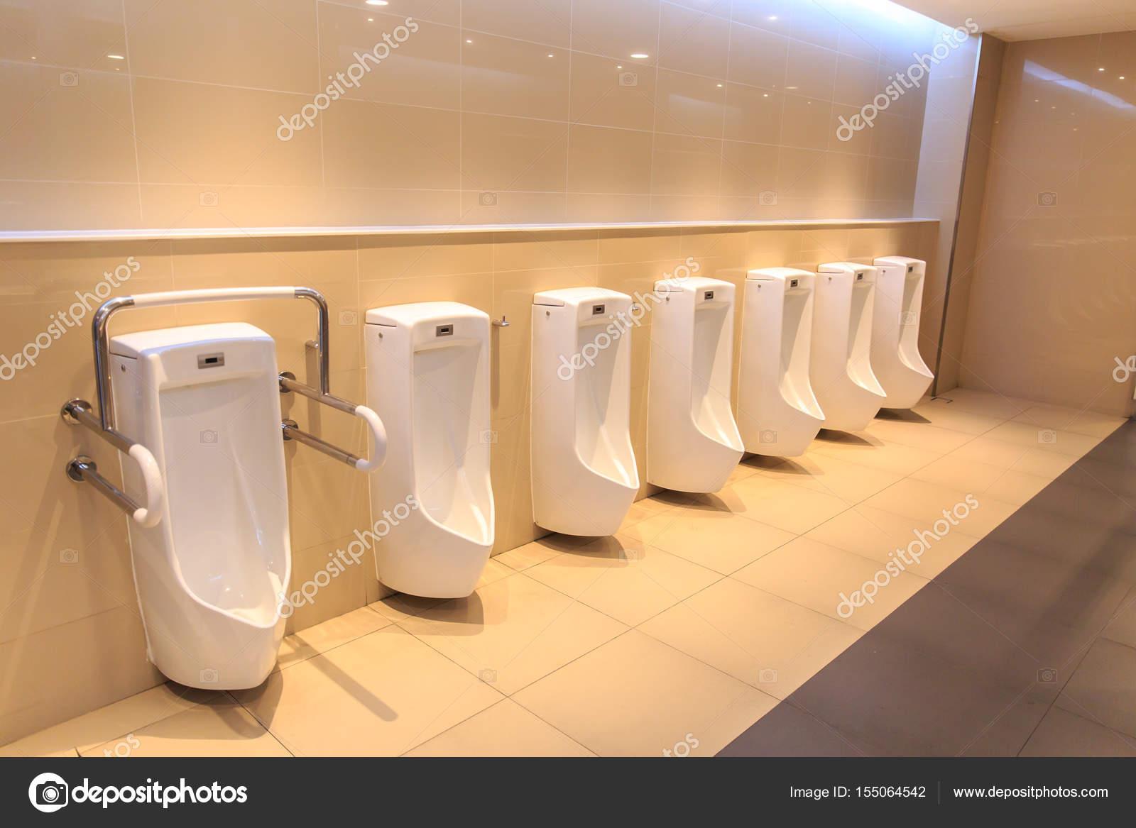 Schoon toilet urine wastafel rij. nieuwe moderne wc pot in de