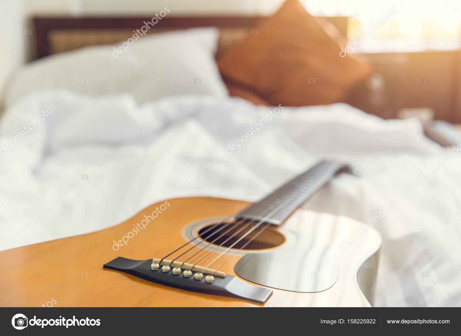 musica del concetto di mattina di camera da letto. chitarra con ...