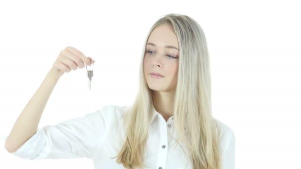 Bella donna che mostra la chiave della nuova casa, sfondo bianco