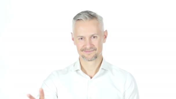 Portrét středního věku podnikatel ukazující znamení vítězství