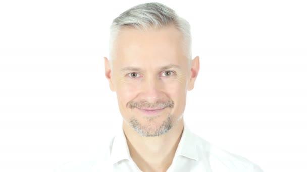 Nahaufnahme eines lächelnden Mannes, Porträt auf weißem Hintergrund