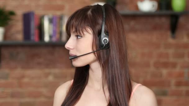Usmívající žena Call centra, služby zákazníkům, vnitřní
