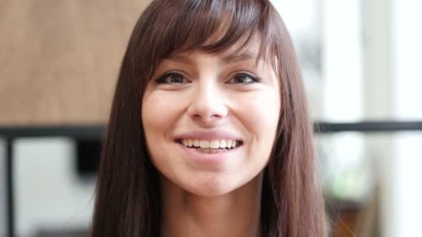 Zblízka krásnou usmívající se žena tvář