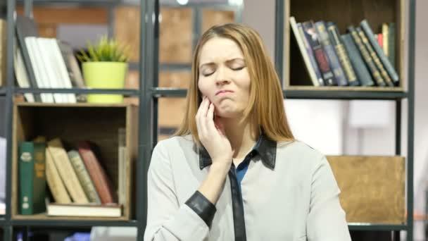 Zahnschmerzen, Frau mit Schmerzen In den Zähnen, Indoor