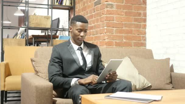 Geschäftsmann macht Online-Videochat auf Tablet