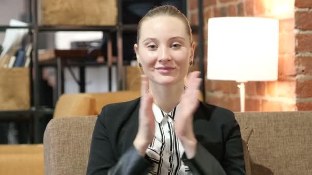 Business-Frau klatschte, applaudieren für Erfolg