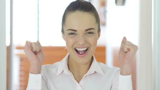 Žena v kanceláři slaví úspěch
