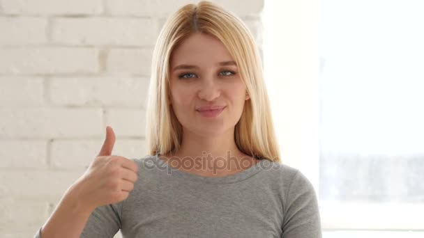 Portrét mladé ženy ukázal palec nahoru