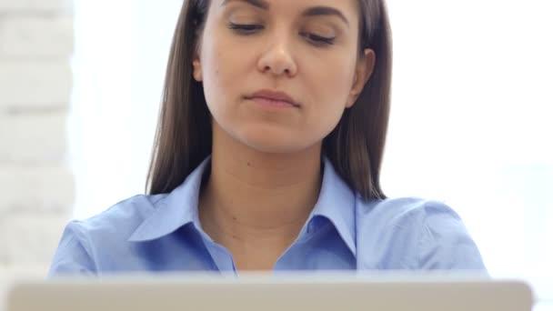 Unavený kreativní Návrhář žena pracující na notebooku, pohled zepředu