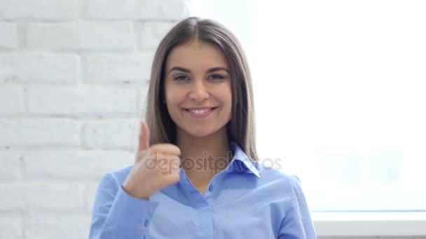 Portrét krásné mladé ženy ukázal palec nahoru