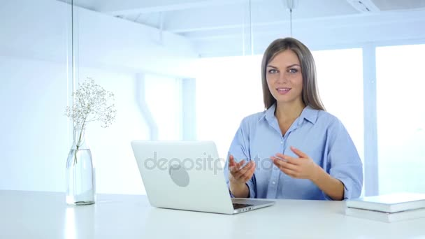 junge Frau lädt Kunden mit beiden Händen ein