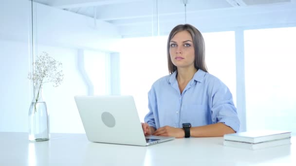 Warten bei der Arbeit auf Kunden, Frau schaut auf die Uhr