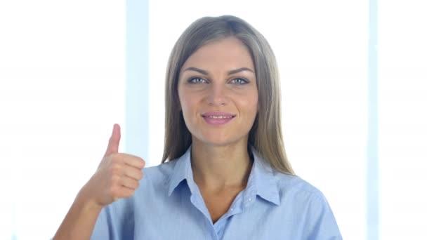 Portrét pozitivní mladé ženy ukázal palec nahoru