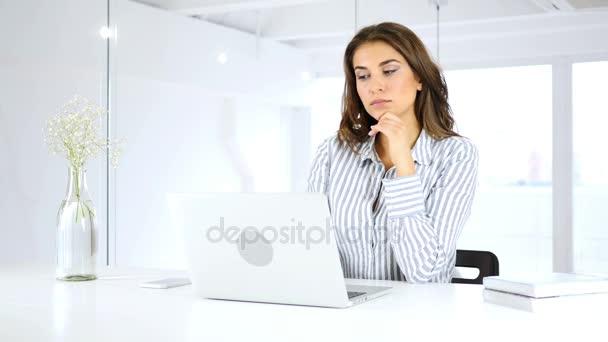 nachdenkliche Frau, die am Laptop arbeitet, denkt und plant