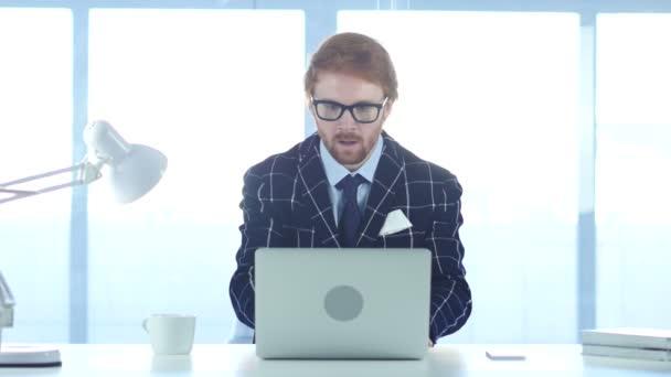 Redhead podnikatel slaví úspěch, vzrušení na vysoké úrovni