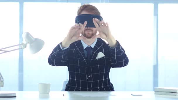 Redhead rouchem virtuální realita brýle v úřadu. pomocí chytrého telefonu