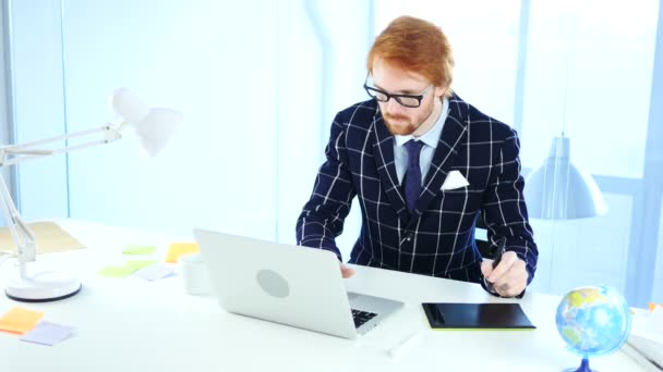 Redhead návrhář pracující s tablet kreslení pro počítač