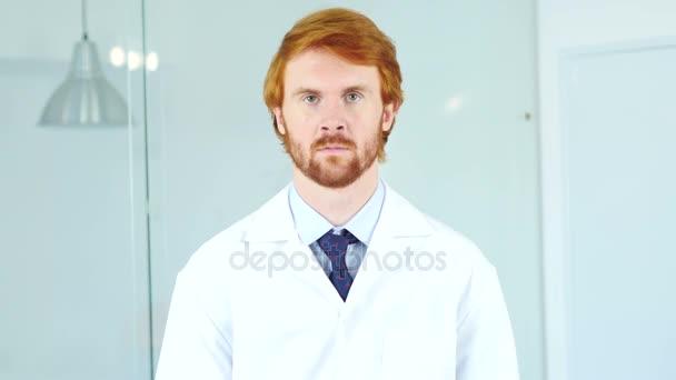 Pozitivní relaxovat lékař sedí v klinice, chirurg