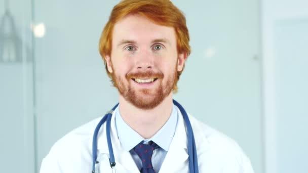 Nahaufnahme eines lächelnden Arztes, der zufrieden in die Kamera blickt