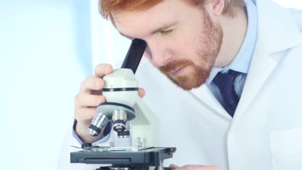 Vöröshajú kémikus, Mikroszkóp laboratóriumban dolgozó tudományos óvoda