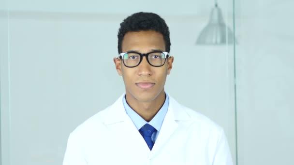 Porträt eines lächelnden Arztes, der zufrieden in die Kamera blickt