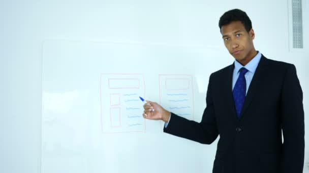 Afro-American podnikatel kreslení Web Design na bílou tabuli v úřadu