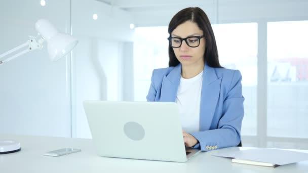 Ženy slaví úspěch, vzrušení na vysoké úrovni
