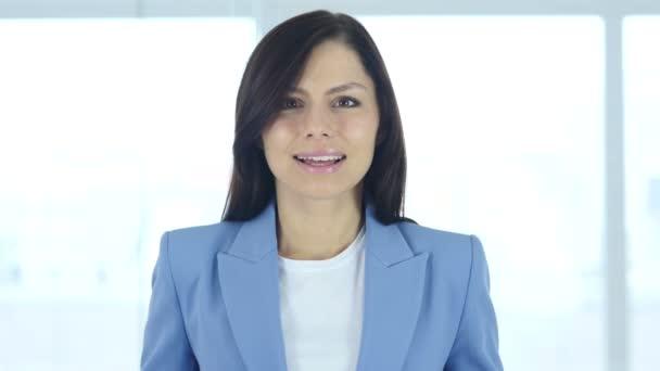 Geste des Versagens, junge Geschäftsfrau nach großem Verlust verärgert