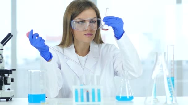 Wissenschaftlerin beschäftigt mit Forschung und Reaktion im Labor