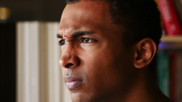 wütender, enttäuschter afroamerikanischer Mann, Gesicht von Nahaufnahme