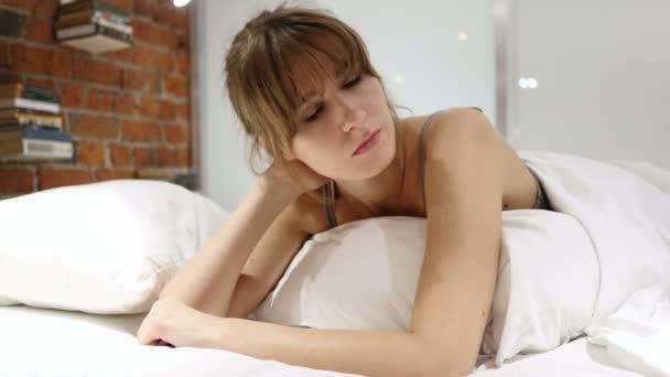 Unavená žena s bolestí v krku, ležela v posteli na břicho
