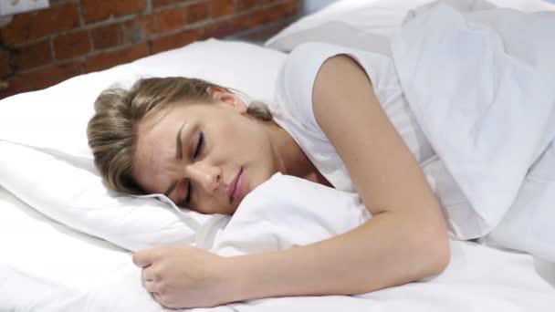 Fiatal nő ébredt fel álmából, az ágyban, reggel