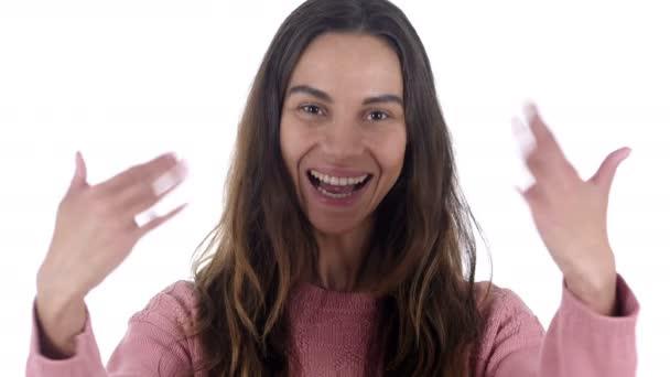 einladende Geste eines jungen lateinischen Mädchens, weißer Hintergrund