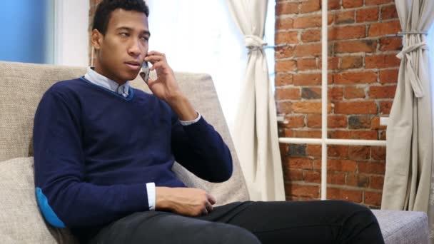 Afrikanischer Mann telefonieren mit Handy, Handy-Anruf