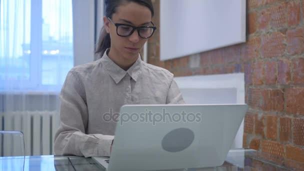 Hispánský žena slaví úspěch Online, dosažení cíle