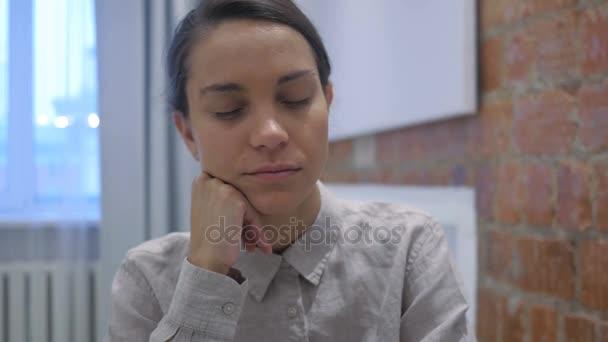 Spící unavený hispánský žena sedí v kanceláři