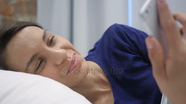 Zblizka, Online Video Chat na telefonu žena v posteli