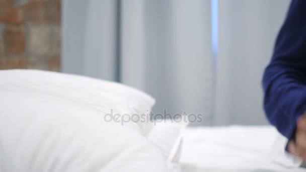 Hispanic Frau kommen und im Bett liegend, nachts einzuschlafen