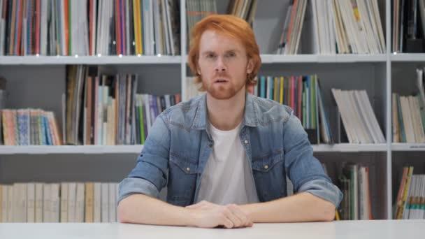 Redhead člověka bedlivě naslouchat tajné v úřadu, knihovna