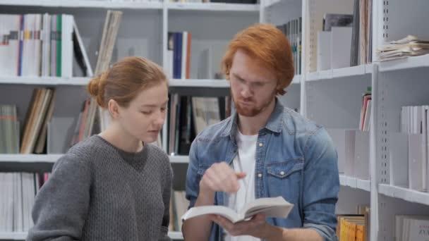 Hledání informací v knize v knihovně vážné studenty