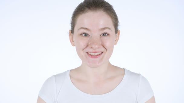 Nadšený rusovláska žena slaví úspěch, bílé pozadí