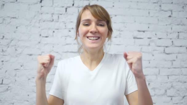 Zpomaleně nadšeni mladé ženy slaví úspěchy