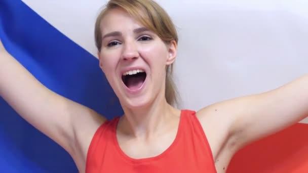 Česká mladá žena slaví podržíte vlajka České republiky v pomalém pohybu