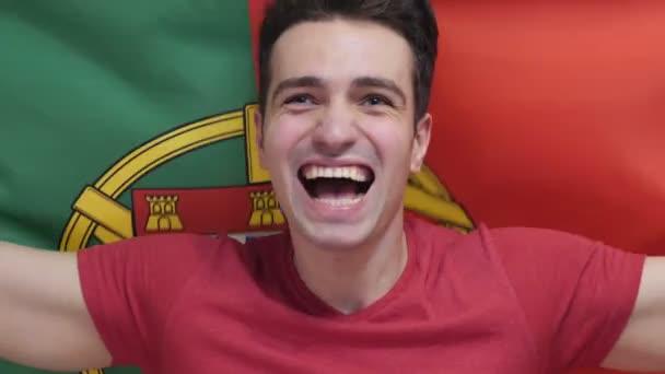 Portugál fiatalember, aki ünnepli a gazdaság a Portugália lobogója, lassítva
