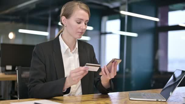 Fiatal üzletasszony, hogy az online fizetési siker a laptopon