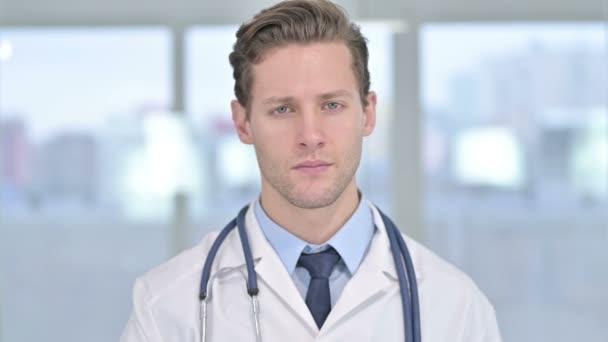 Portrét mladého muže Doktor říká ne s prstem znamení